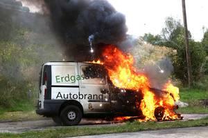 Erdgasfahrzeuge sind einfacher zu löschen als Benzinfahrzeuge, eine Explosion blieb bei einem Brandtest aus. Foto: OÖ. Ferngas